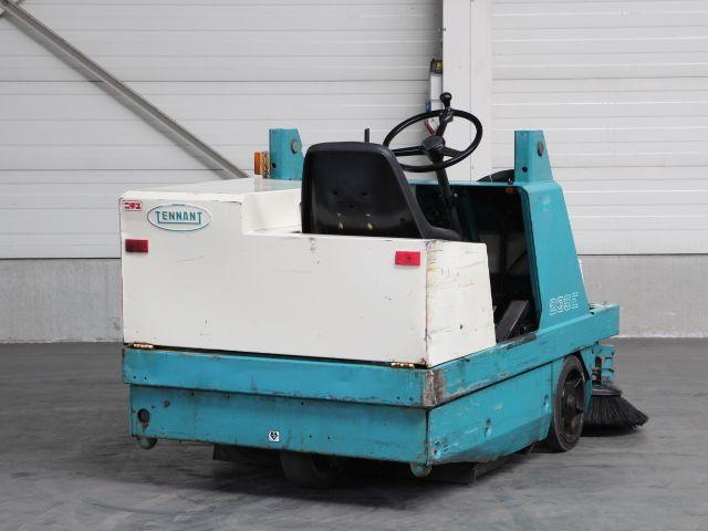 I09358 TENNANT SWEEPER 235E